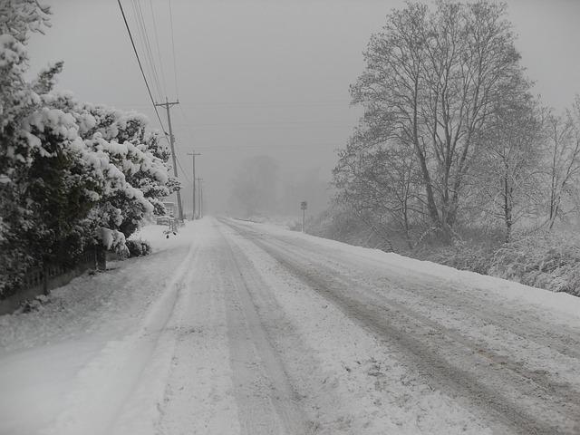 雪の予報が出たらノーマルタイヤで外出してはならん!レインボーブリッジで50台の車が立ち往生